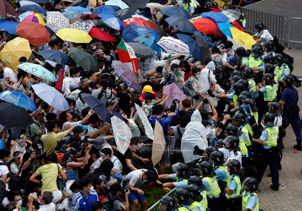 hong-kong-umbrellas-cops